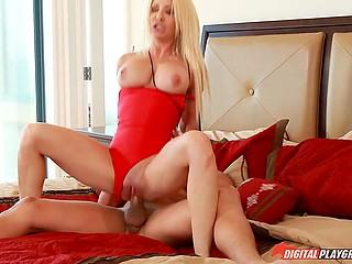 Шикарная блондинка и её возбуждённый кавалер устроили марафон разврата в спальне