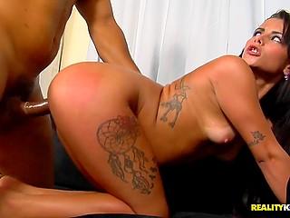Голодный мужик удовлетворяет жопастую бразильянку на диване в разных позах