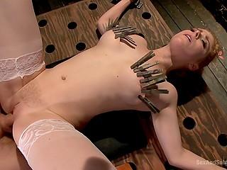 Девка соблазнила извращённого босса рыжими волосами и бледными сосочками на БДСМ-трах