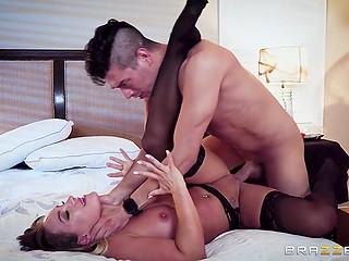 После небольшого перепихона с Xander Corvus, порнозвезда захотела, чтоб все его друзья кончили на неё