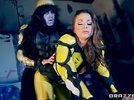 Порно пародия на 'Power Rangers', в которой Abigail Mac трахает дикий солдат с большим членом