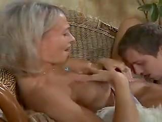 Молодой парень делает русской женщине массаж плеч и она идёт на поебок с ним, потеряв голову