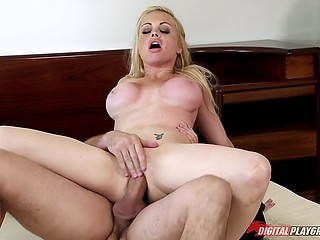Neighbor helps Jesse Jane carry boxes to the house and amazing blonde thanks him by sex