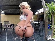 Блондинка с шикарной попкой ласкает свои заветные дырочки на улице под навесом