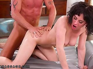 Порочная молодая женщина театрально стонет, когда клиент занимается с ней сексом
