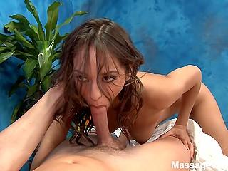 Стройная симпатичная массажистка раздевается и делает клиенту отсос на столе