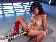 Соло сцена с участием азиатки в красных сапожках, получающую удовольствие от секс-машины и вибратора 11