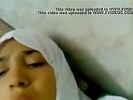 Потерявшая страх арабка в белом хиджабе лежит на диване и партнёр с камерой тыкает в её пизду членом 6