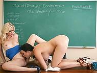 Учительница Charlotte Stokely соблазняет мачеху одного из студентов и получает от неё куни