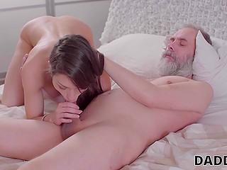 Старый мужчина с бородой трахает девушку пасынка и она доводит его до оргазма, используя ротик