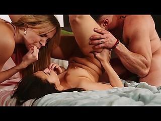 Опытная женщина помогает молодой паре устроить настоящее порно шоу на камеру