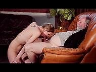 Rouge-fille chaude avec un corps pâle inspire vieil homme à lui lécher la chatte et le cul et lui donne une pipe