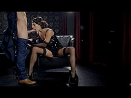 Шалунья на высоких каблуках и вся в чёрном предпочитает сначала пососать, а потом давать в киску
