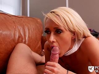 Блондинка Christina Shine не едет домой на каникулы и скрашивает досуг благодаря ебле в кабинете директора