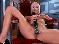 Изумительная блондинка восседает в кресле с вибратором поверх своей промежности