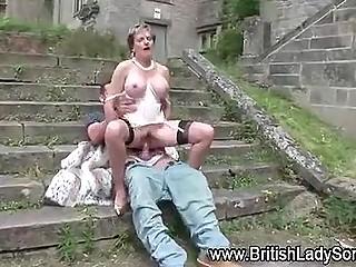Мужчина трахает Lady Sonia в заброшенном здании, после чего они продолжают сношение за его пределами