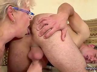 Бизнесмен откладывает все дела и старая домработница лижет ему анус после поебка