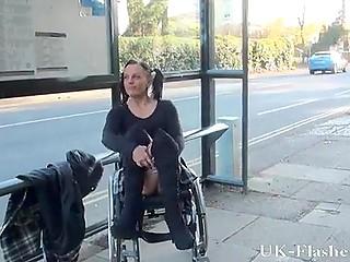 Озорная британка с хвостиками сидит в инвалидном кресле-коляске, засвечивая пиздень и сиськи