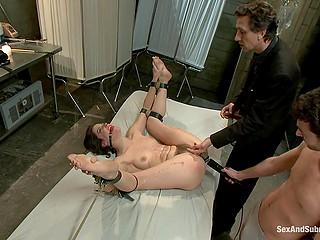 Чуваки поливают связанную молодую женщину воском, а на эрогенные зоны цепляют прищепки и трахают в анус
