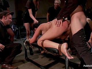Связанную в позе по-собачьи девку трахает мужик, после которого следует баба со страпоном
