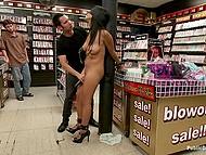 Латинская девушка раздевается в секс-шопе и акт публичного унижения начинается тотчас