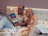 Der alte Mann sagt junge, attraktive Mädchen über den Super Bowl, aber Sie will gefickt zu werden im moment