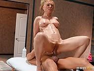 Зрелая блондинка Nina Hartley удовлетворяет жажду к сексу с помощью члена массажиста