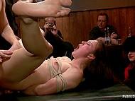 Самцы жарят беспомощную девицу во все щели и мигом доводят её до сквирта 9