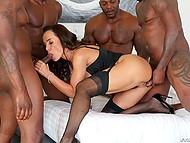 Пять чернокожих жеребцов трахают порнозвезду Lisa Ann во все доступные дырочки