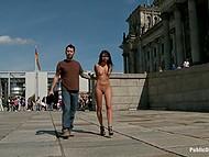 Американский порноактёр Tommy Pistol прилетает в Берлин, чтобы поводить голую брюнетку со связанными руками по улицам