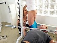 Наглая девица Cadence Lux отсасывает тренеру возле своего неудачливого муженька