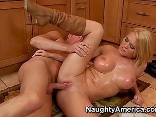 Блядливая блондинка с крупными намасленными буферам Krissy Lynn изменяет мужу с его другом на кухне