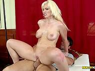Блондинка сделала себе пластику груди и теперь её шансы на рандомный трах гораздо выше