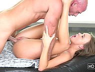 Девушка с пылким взглядом уверенно засасывает член лысого хахаля и раздвигает ляжки