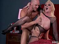 Блонда в сетчатом бодистокинге Tristyn Kennedy одержима сексом и единственный способ помочь ей - трахнуть