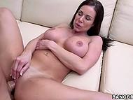 Грязная молодая женщина Kendra Lust берёт член в подстриженную вагину и стимулирует клитор