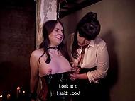 Germană amanta are o mulțime de clothespins și greutăți pe care ea nu minte atașarea la bruneta