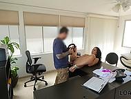 Mladý student je připraven na cokoliv, aby dostal novou práci, a to i potenciálního šéfa penis v píči