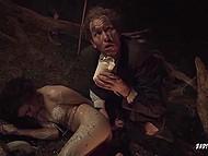 Nesăbuit pervers se bucură de stropire ceara fierbinte pe obligate speriat sclav în întuneric hambar