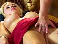 After a relaxing massage, a professional masseuse gently kneaded the Breasts and pussy the wonderful blonde