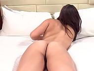 Молоденькая студентка с привлекательным телом трахается с агентом и игриво показывает свои бритые дырочки на камеру 10