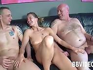 Немецкий секс втроём с бабой, лежащей на кожаном диване и наслаждающейся членами 11