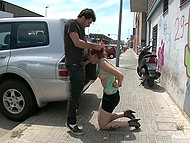 Kobieta z rudymi włosami robi fantastyczne rzeczy z w nocniku daje przyjemność seksualna dla młodego człowieka w miejscu publicznym