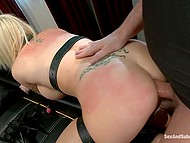 Neajutorat femeie blondă cu țâțe uriașe obține o BDSM lecție cu elemente de penetrare anală