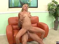 Kalju bruiser ja hyvännäköinen blondi mehukas tissit on pysäyttämätön sex pieni sohva
