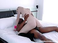 Чёрный оператор снимает, как бесстыжая блондинка мастурбирует струёй воды, затем активно жарит её  10
