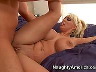 Сисястая порнозвезда пристала к другу пасынка и заставила его оприходовать себя