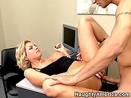 Милаха знает, как получить удовольствие от секса даже в офисе, если подчинённый сделает её жёстко