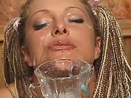 Грудастая шлюшка играет с собой в баре, но посетители решают устроить ей душ из кончи 7