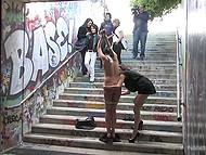 Crazy bitch colgado por las manos en el metro de cruzar gemidos mientras los transeúntes se ríen y filmarla